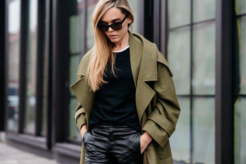 Девушка в пальто в стиле милитари