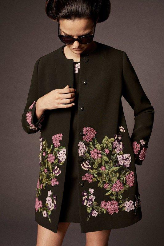 Черное пальто с цветочной вышивкой