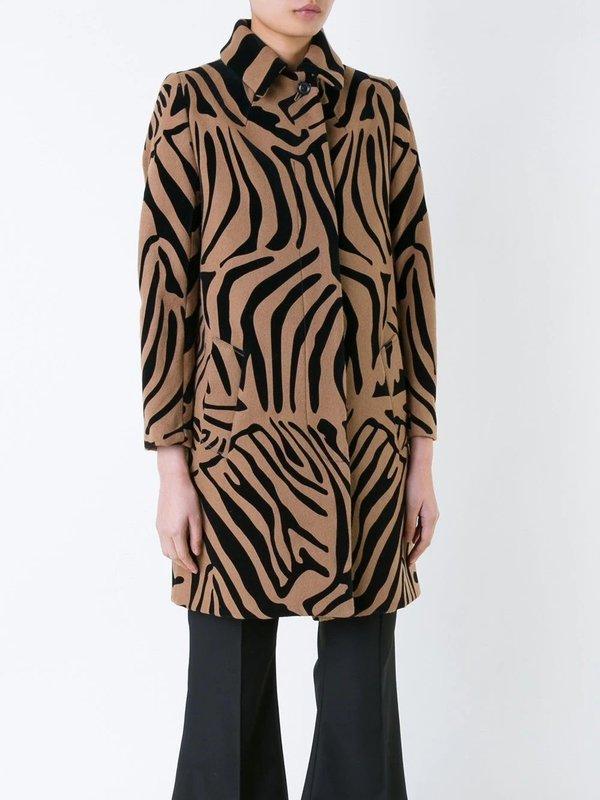 Девушка в пальто с принтом под зебру