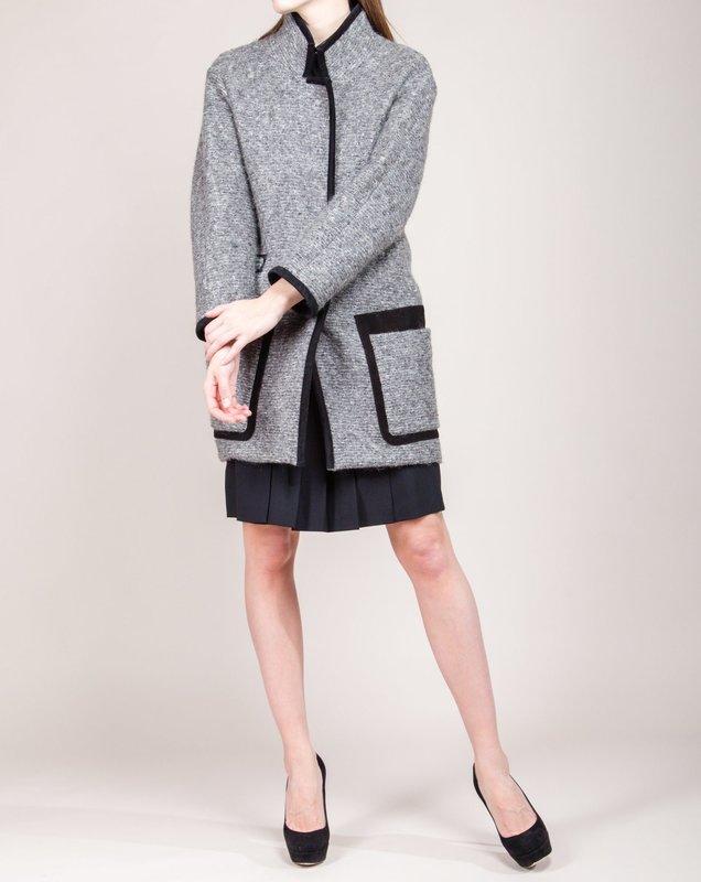 Серое твидовое пальто с черными замшевыми вставками