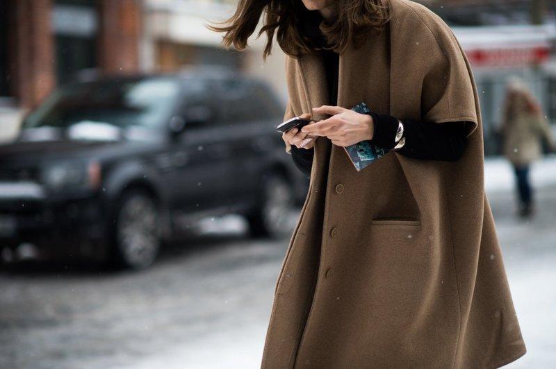 Девушка в пальто оверсайз с укороченным рукавом