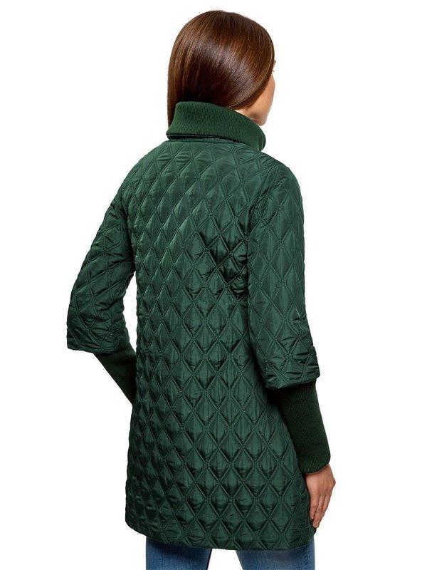 Зеленое стеганое пальто: вид сзади