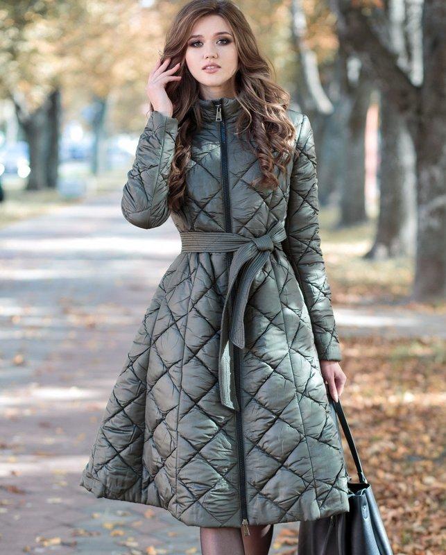 Девушка в стеганом пальто с юбкой-колокол и поясом