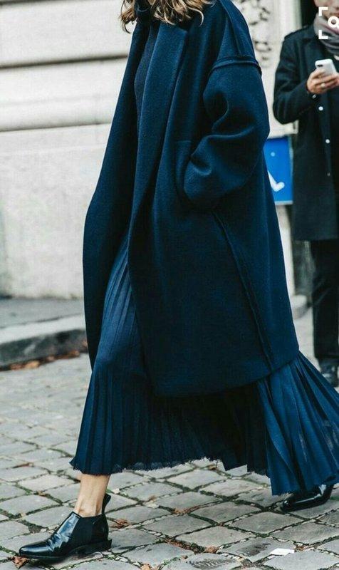Удлиненное пальто оверсайз в сочетании с плиссированной длинной юбкой