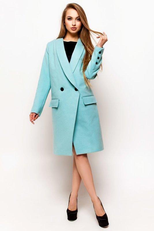 Девушка в пальто ментолового цвета