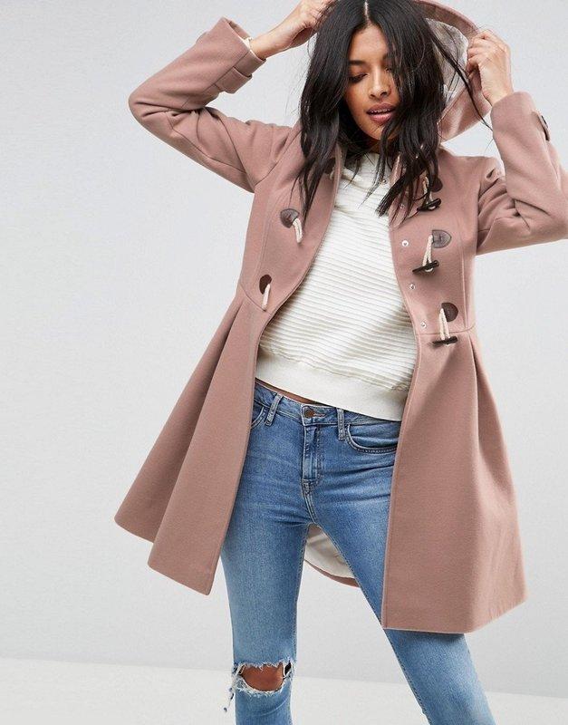 Девушка в пальто дафлкот нежно-розового оттенка