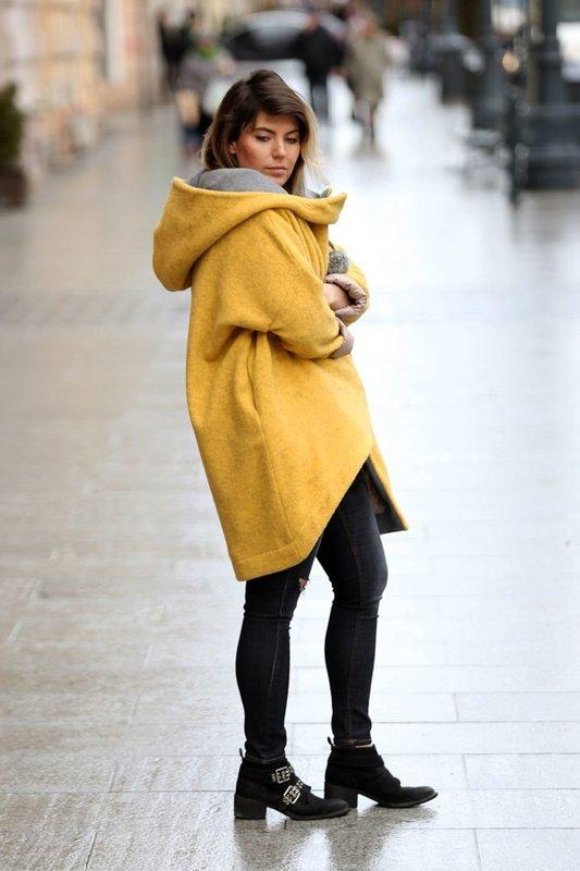 Желтое пальто оверсайз с большим капюшоном