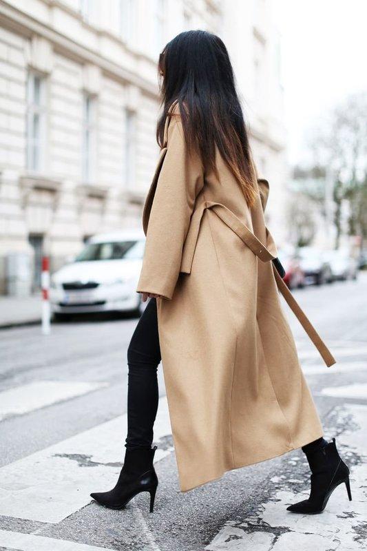 Бежевое удлиненное пальто с леггинсами