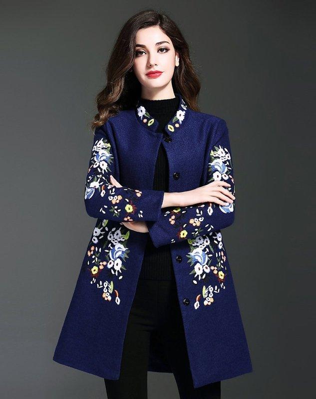 Синее пальто с вышивкой