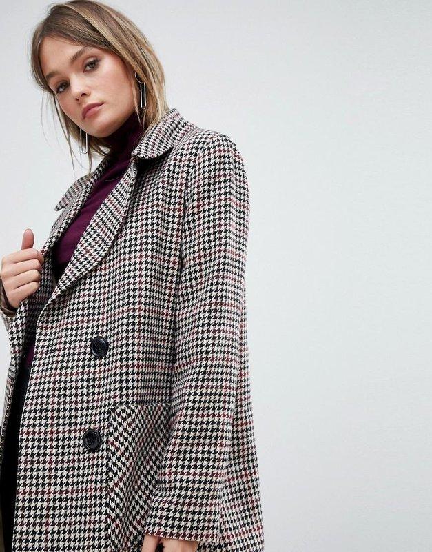 Девушка в пальто с принтом гусиная лапка