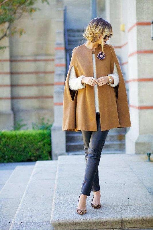 Бежевое пальто-кейп