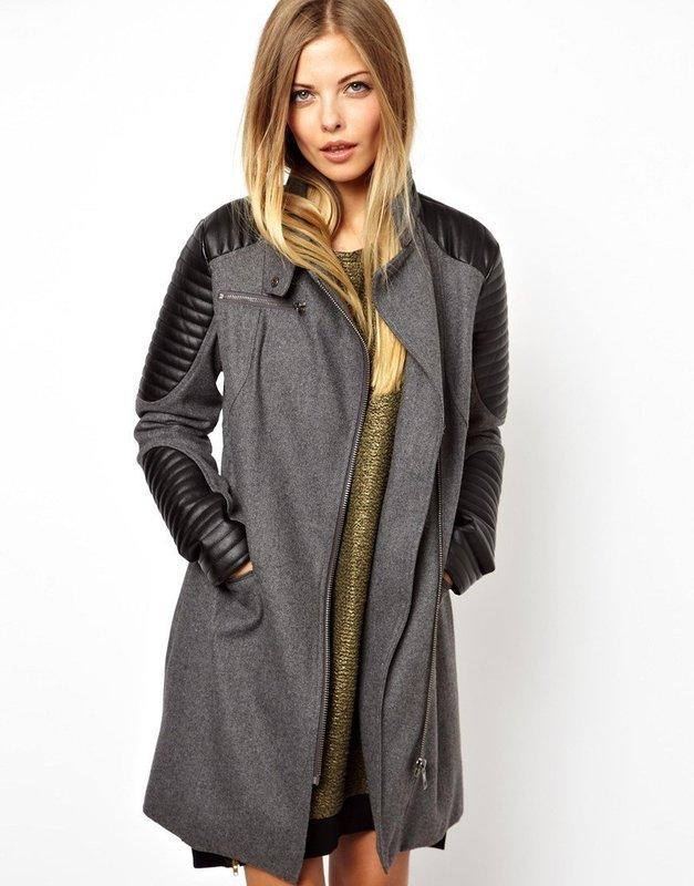 Серое пальто с кожаными вставками на рукавах