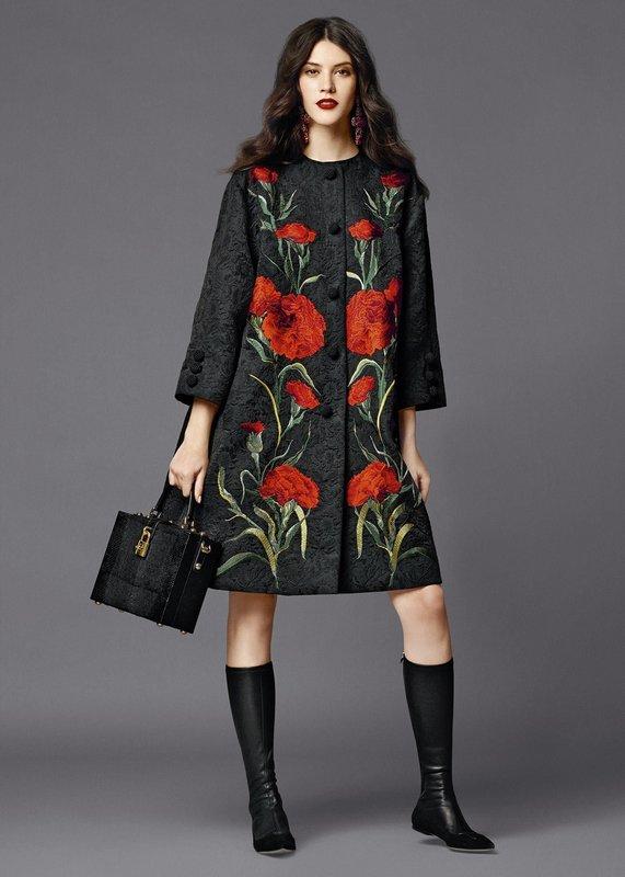 Серое пальто с цветочной нашивкой