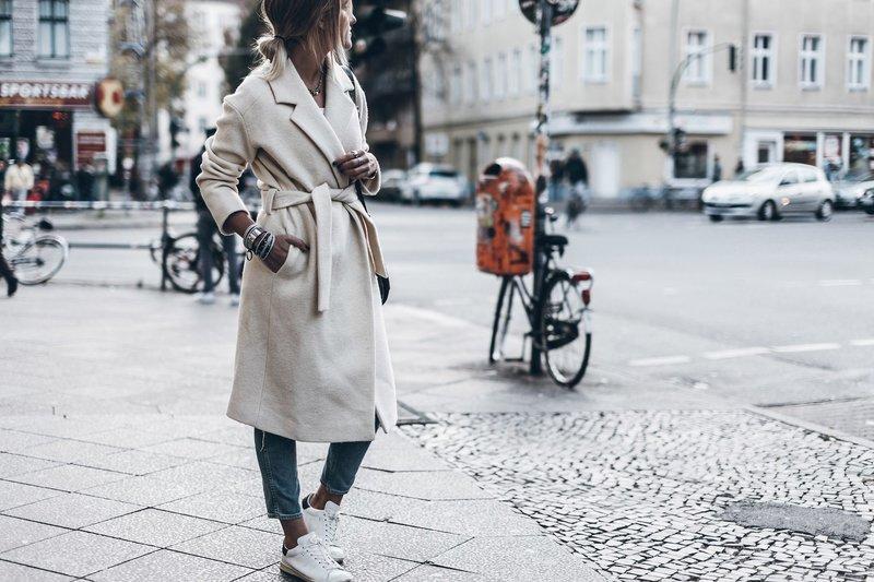 Девушка в удлиненном пальто