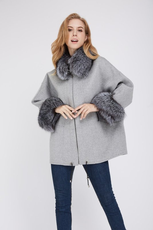 Серое пальто с мехом на воротнике и манжетах