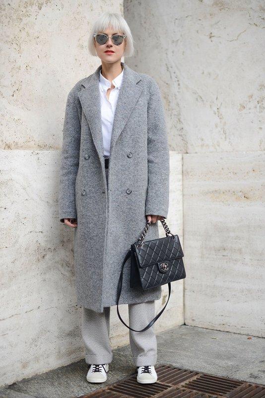 Серое удлиненное пальто в сочетании с широкими брюками