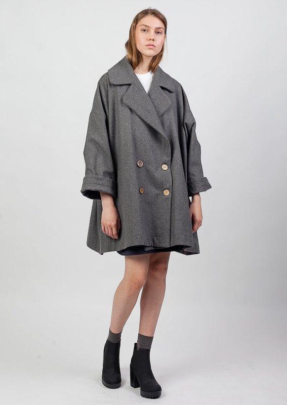 Девушка в пальто-жакете оверсайз