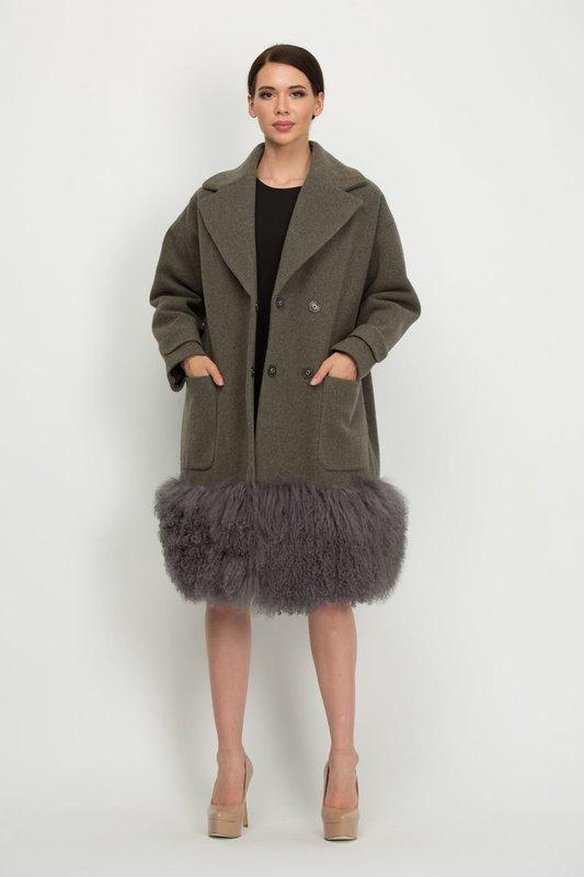Зеленое пальто с мехом на подоле