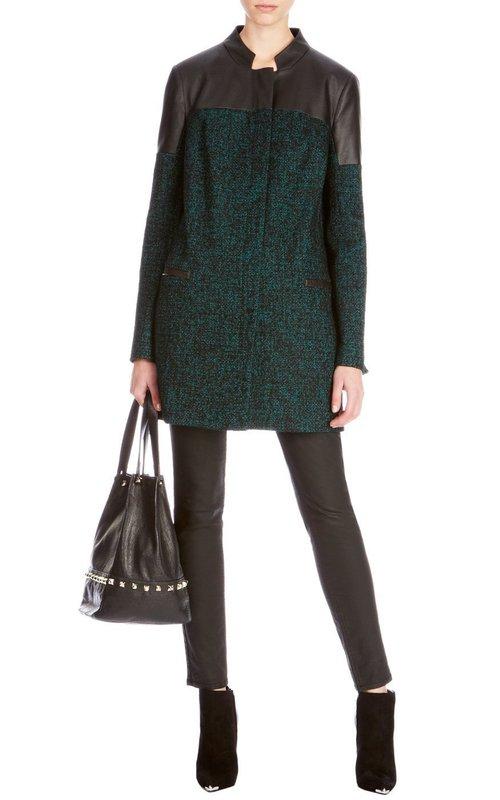 Зеленое твидовое пальто с черными кожаными вставками