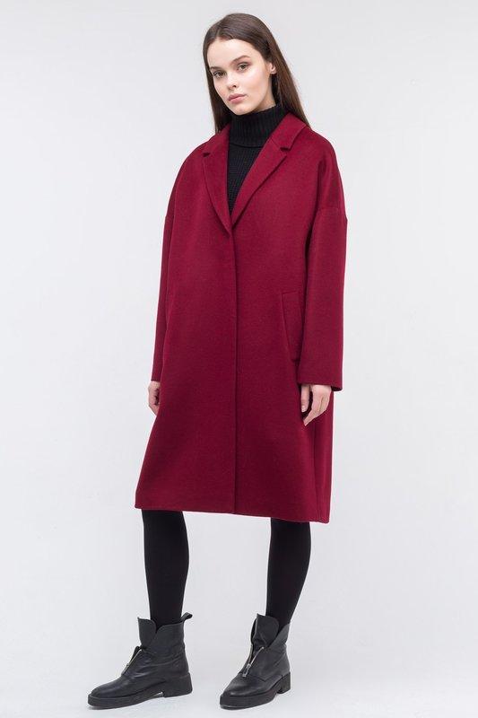 Бордовое пальто в стиле оверсайз