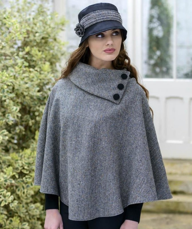Серое твидовое пальто-пончо с воротником