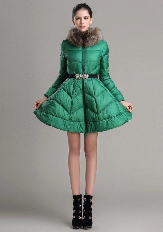 Зеленое стеганое пальто с юбкой-колокол и меховым воротником