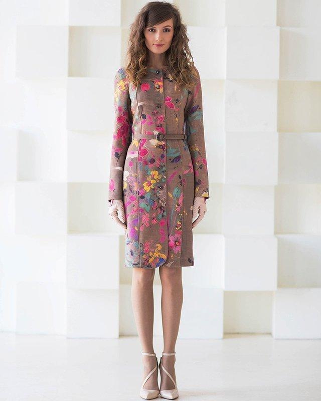 Девушка в пальто-платье с цветочным принтом