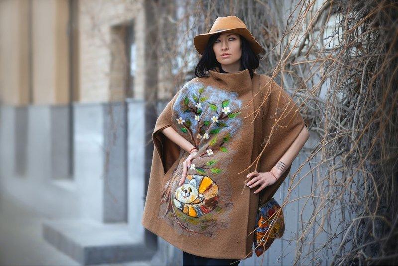 Девушка в пальто-кейп с интересным принтом