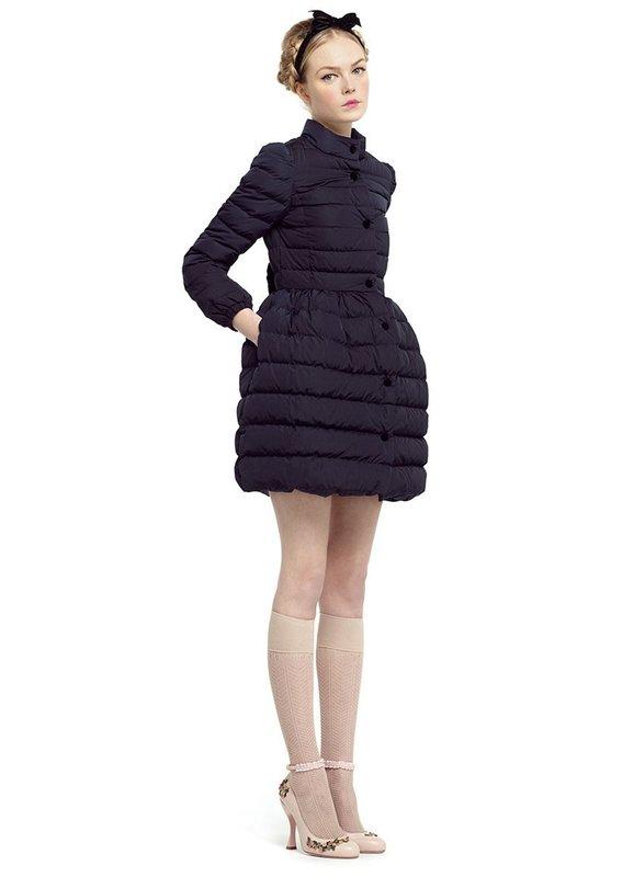Девушка в стеганом пальто с юбкой-колокольчик