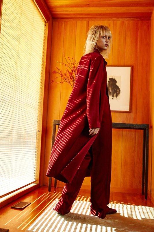 Красное удлиненное пальто с красными широкими брюками
