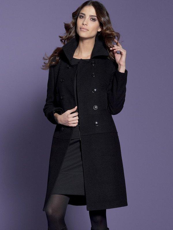 Девушка в двубортном черном пальто
