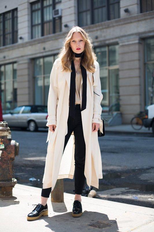 Белое удлиненное пальто с укороченными джинсами