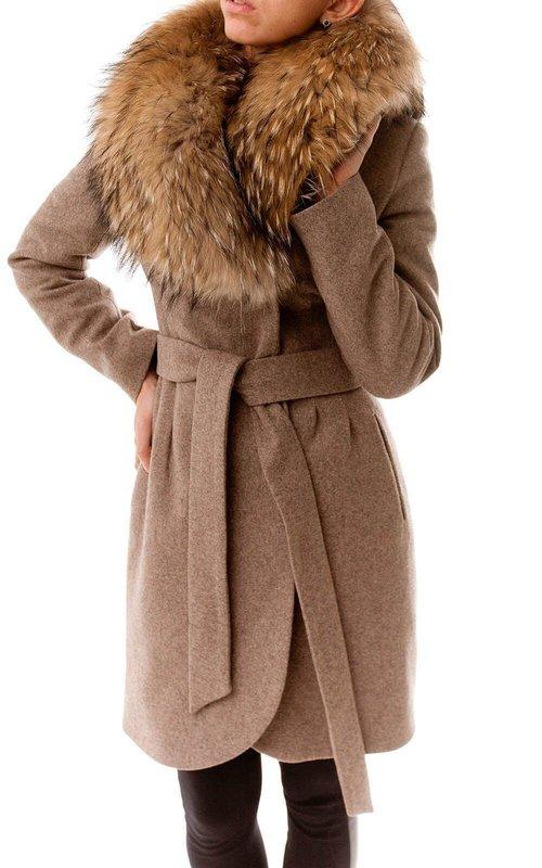 Коричневое пальто-халат с мехом на воротнике