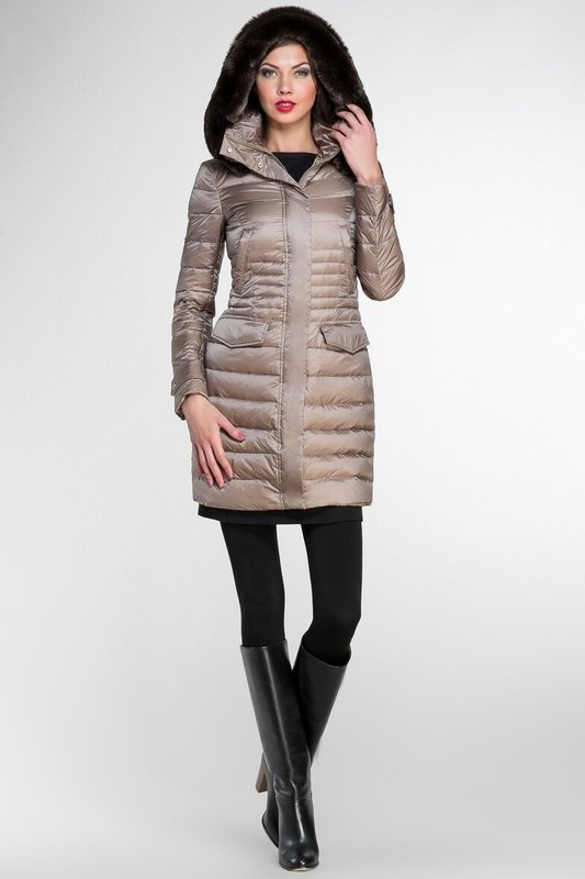 Бежевое стеганое пальто с мехом на капюшоне