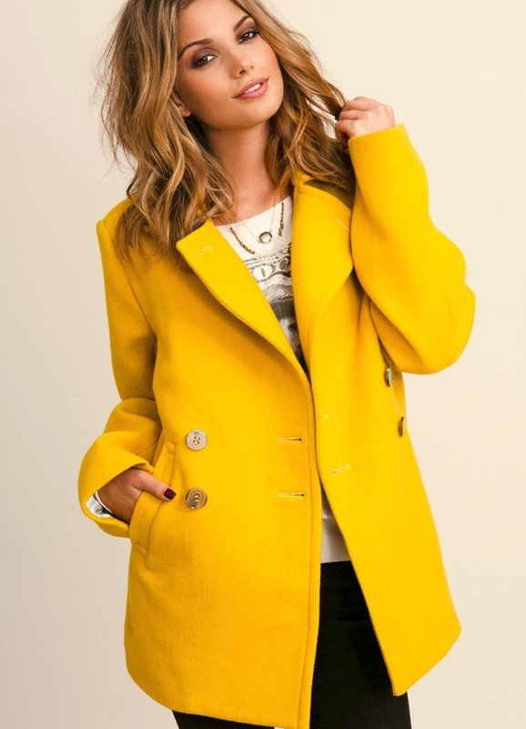 Девушка в желтом пальто