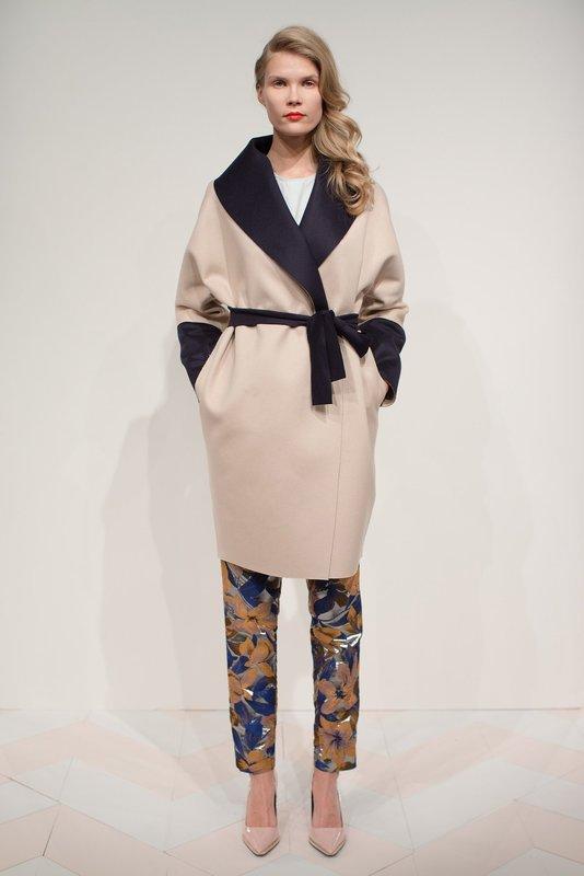 Бежевое пальто-халат с контрастным воротником