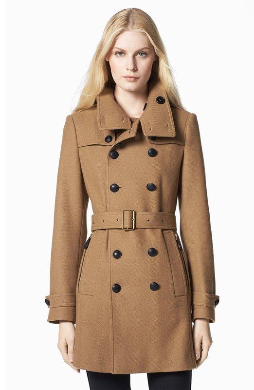 Коричневое пальто-тренчкот