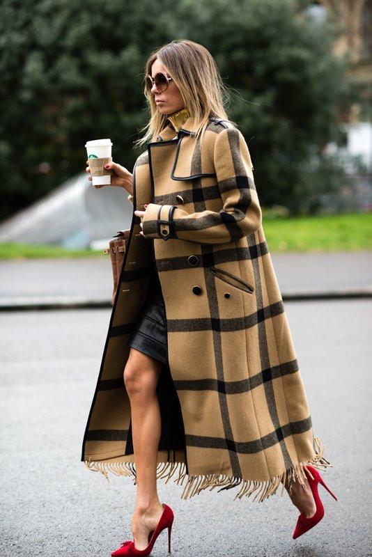 Удлиненное пальто в клетку с мини платьем