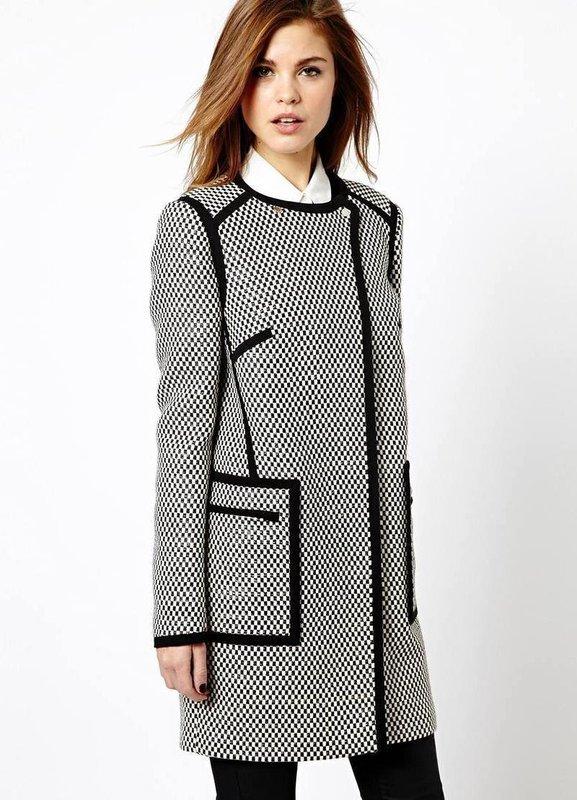 Серое твидовое пальто с трикотажными вставками