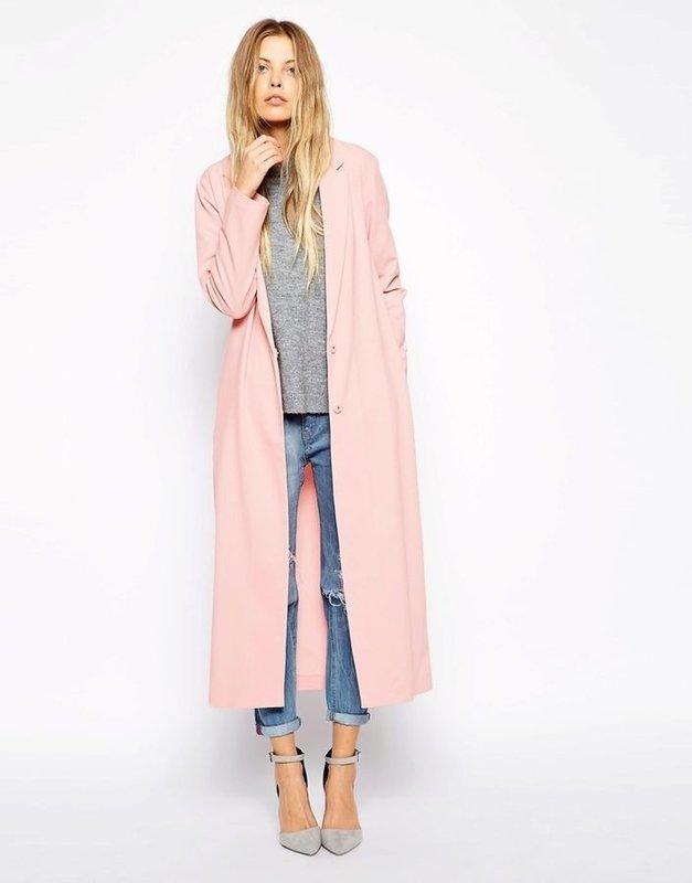 Розовое удлиненное пальто в сочетании с джинсами