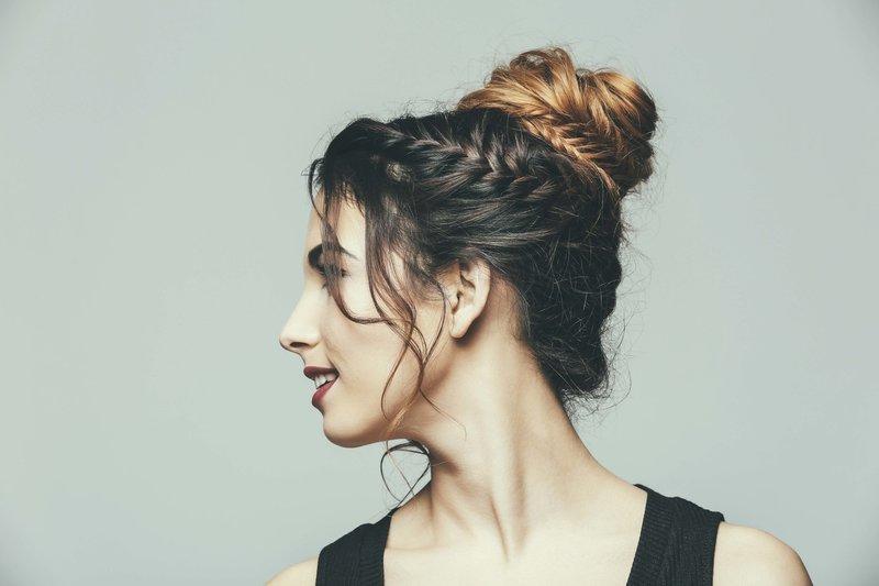 Девушка с пучком и косой на боку