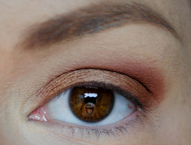 Нанесение второго оттенка теней на уголок глаз