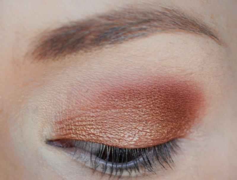 Нанесение насыщенного цвета на внешний уголок глаза