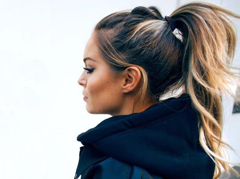 Девушка с хвостом на вьющиеся волосы