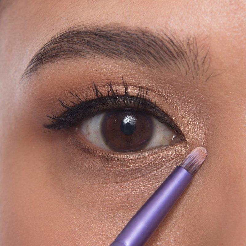 Выделение консилером уголка глаз