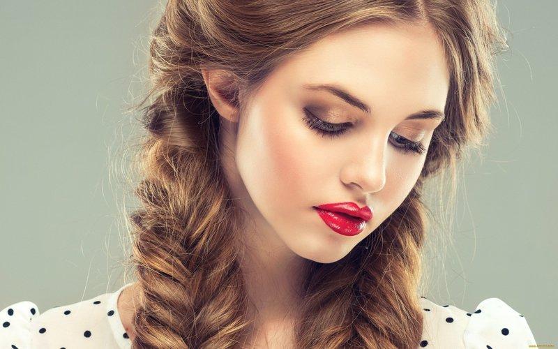 Девушка с пышными косами
