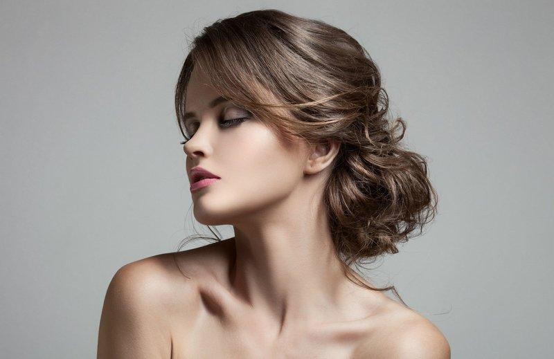 Девушка с пучком на вьющиеся волосы