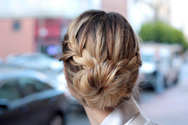 Девушка с пучком и косами