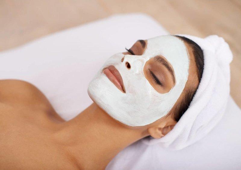 Очищающая маска на лице