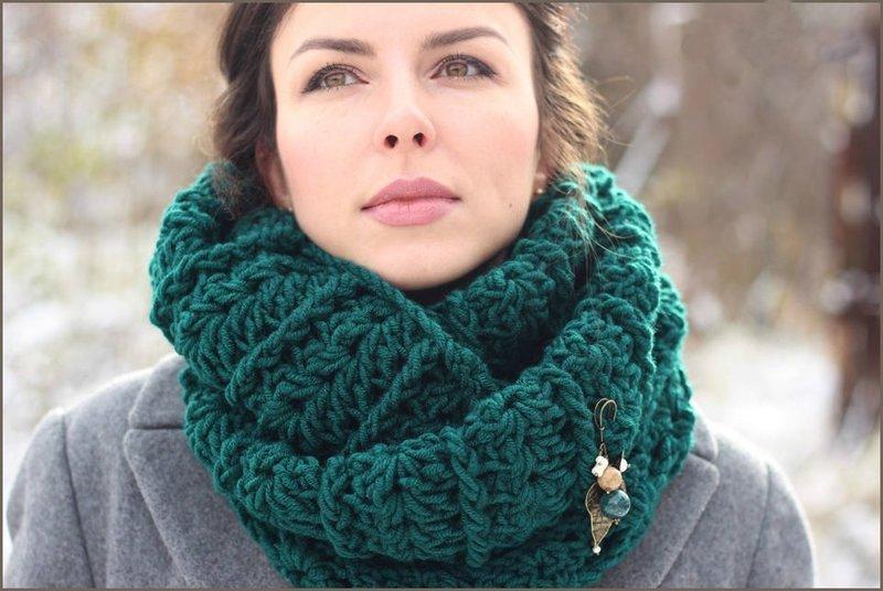 Девушка в вязанном шарфе снуд